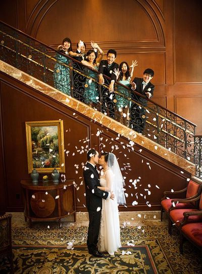 Love the combination of fun and romance in this sweet photo!