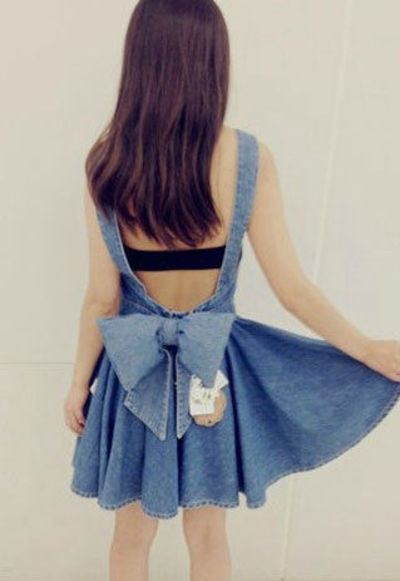 This suspender dress features classic denim blue colorway,a detachable big bowknot in the back and a pleated skirt,back zip up closure.Wear a white T-shirt underneath and keep your style simple,cute.