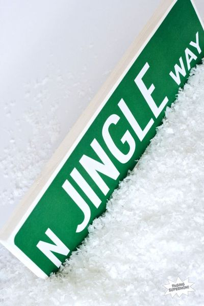 Love this free printable from PagingSupermom.com -- a Jingle Way Street Sign for #Christmas Great Gift! #freeprintable