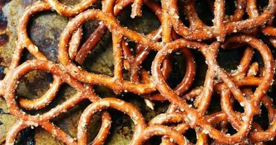 Hey there peeps! Rina here from I Thee Cook again here to share another yummy snack with all of Dana's wonderful readers! I don't know about you guys my pretzel