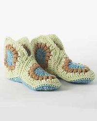 yippee, the free slipper pattern of my daughter's dreams....gonna make some for chanukah!