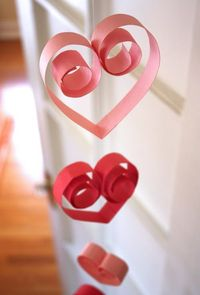 World inside pictures give you now 23 really beautiful ideas how to prepare your home for the coming Valentine's day. Candles, garland, wall art, frame, knittin