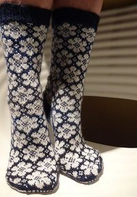Sock love. Ravelry: pleximo's White Flowers 13/26 - don't knit socks but worth getting for the flower pattern....