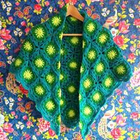 Granny Shawl by Haken en meer. Free pattern for the squares by Wisecraft here http://blairpeter.typepad.com/weblog/2012/02/a-granny-square-with-a-circle-center-tutorial.html#comment-6a00d8341c589653ef016762b9036a970b