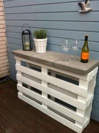 Turn pallets and concrete stepping stones into a bar for the patio