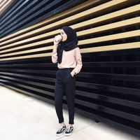 How to Pull Off Sneakers With Hijab Outfit