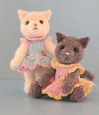 You'll find that this pattern also includes instructions to crochet the cute little dress that the kittens are wearing.