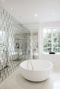 What a bathroom! The mirror wall is so original and cool. Imagine lying in this bathtub.... Aaah. #bathroom #inspiration