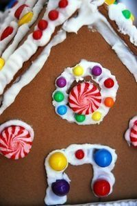 Outdoor Gingerbread House Decorating Ideas