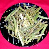 Fried Green Beans - Light and crunchy, pan-fried green beans with lemon, garlic salt and pepper. Fresh and fast!
