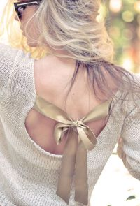 DIY: sweater with a bow in the back