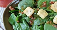 Spinach and Bacon Salad: an easy, delicious sweet and salty salad idea #healthy #spinach
