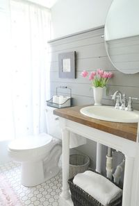 Hey friends! Today we are going to talk a little about how to style a modern farmhouse bathroom. We have learned the past three weeks that the modern farmhouse