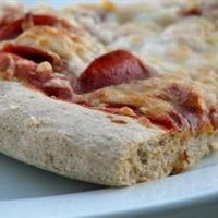 Healthy whole wheat pizza crust: super light for a wheat crust, easy to prepare, delicious and healthy. Fantastic recipe!