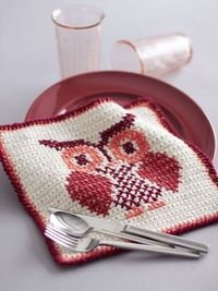Free pattern - With cross stitch construction and a whimsical owl pattern, this cute #crochet dishcloth is the perfect gift for your favorite hostess.