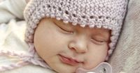 A supercute and easy-to-make little baby hat by #dropsdesign #knitting #babydrops25